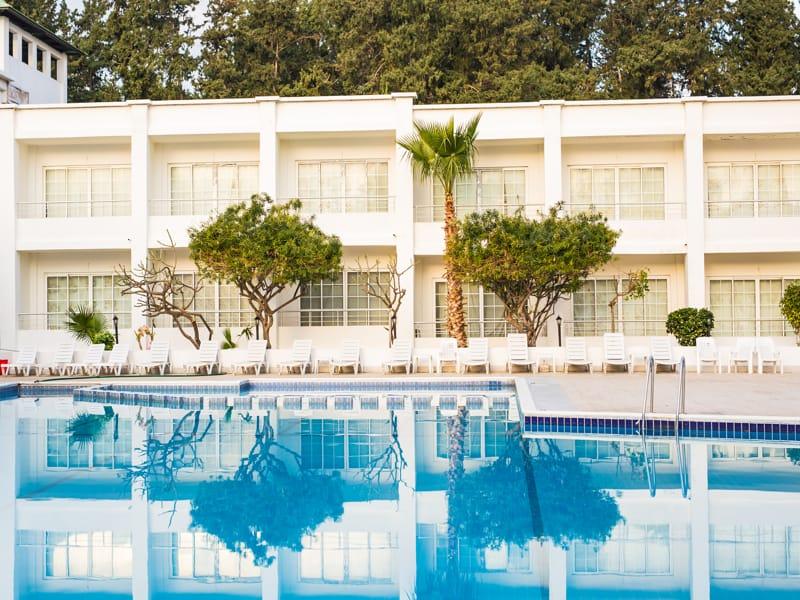 una piscina de un residencial